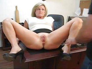 为他的秘书抓住了她的爱隧道折磨